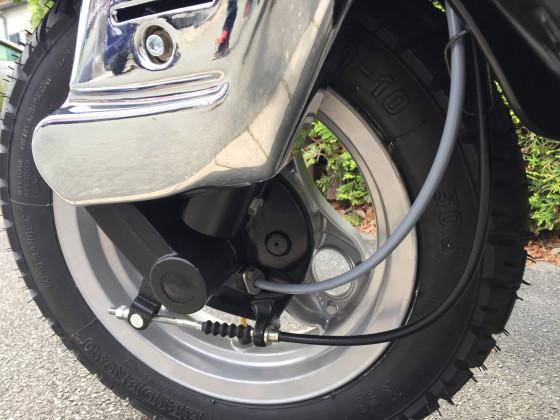 Vorderrad mit neuem Bremszug, Tachowelle und Chrom Blende von Faco.